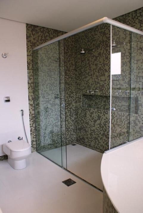 Banheiros decorados com pastilhas em tons de bege e marrom no box Projeto de Rosani Gomes