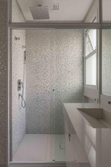 Banheiros decorados com pastilhas em tons de cinza claras Projeto de Idealizzare Arquitetura