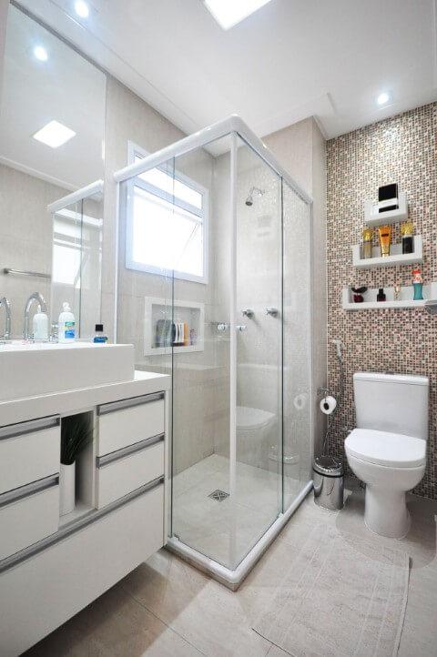 Banheiros decorados com pastilhas em tons de marrom Projeto de Condecorar