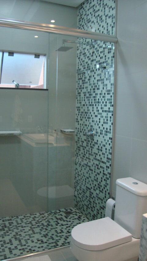 Banheiros decorados com pastilhas em tons diferentes de verde Projeto de Daiane Freitas