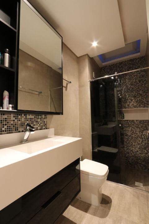Banheiros decorados com pastilhas na rodabanca e no box Projeto de Zaav Arquitetura