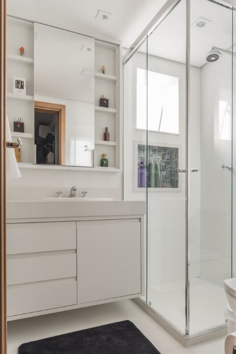 Banheiros decorados com pastilhas no nicho dentro do box Projeto de Sandra Pompermayer