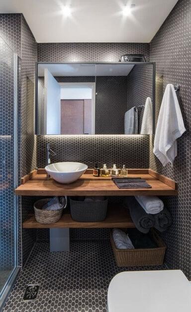 Banheiros decorados com pastilhas pretas e iluminação bem planejada Projeto de Pietro Terlizzi