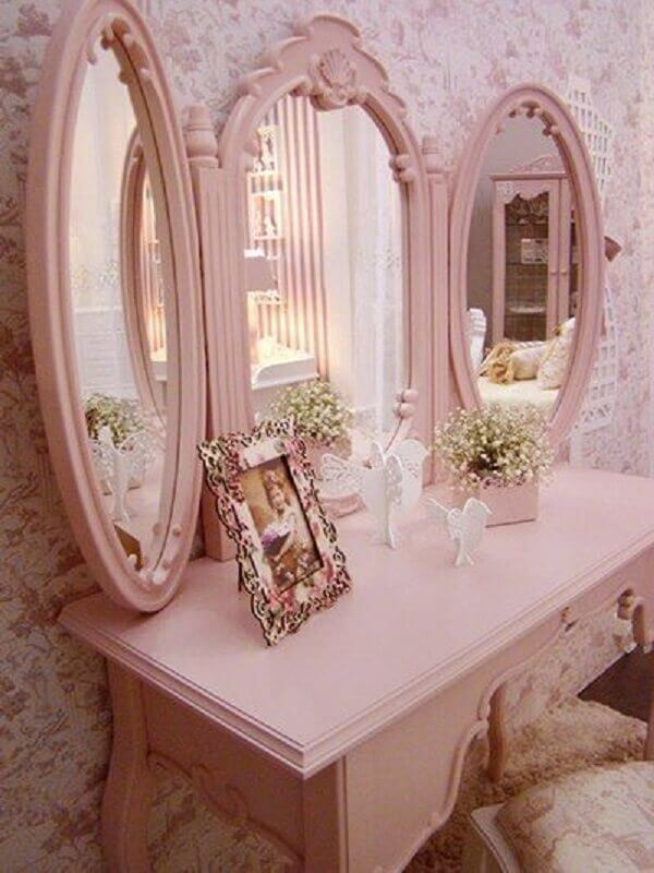 Penteadeira vintage cor de rosa no quarto floral
