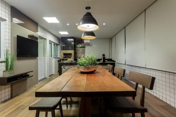 Cozinha com pisos que imitam madeira Projeto de Janaina Naves