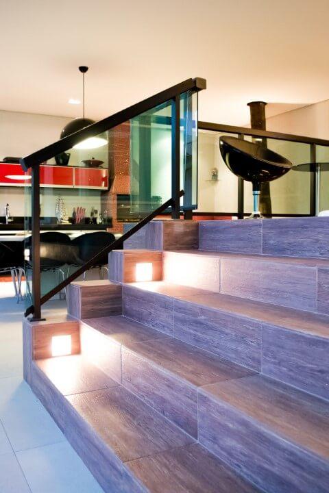 Escada com pisos que imitam madeira Projeto de Ana Lucia Guadalupe