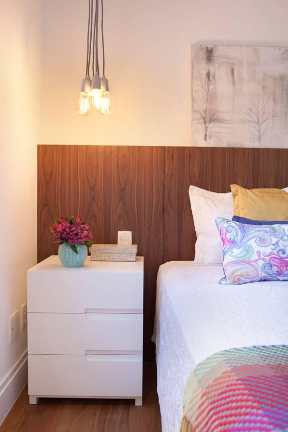 lustres pendentes ao lado da cama Liliana Zenaro - Apt. Pompéia