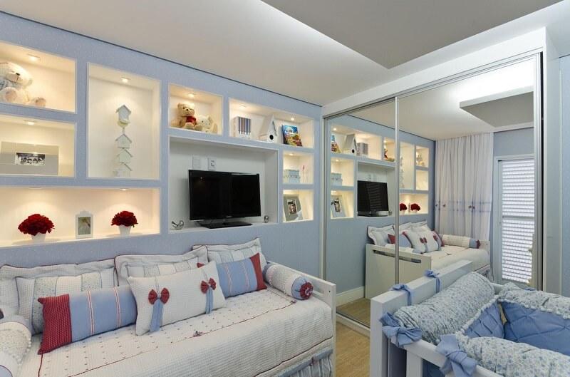 Guarda-roupa planejado com portas espelhadas em quarto de bebê Projeto de Belissa Correa