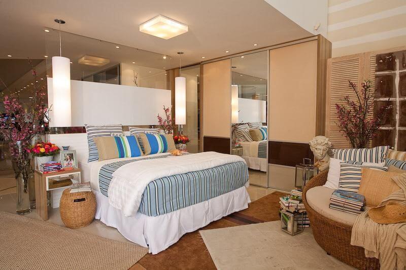 Guarda-roupa planejado de quatro portas em quarto de casal amplo