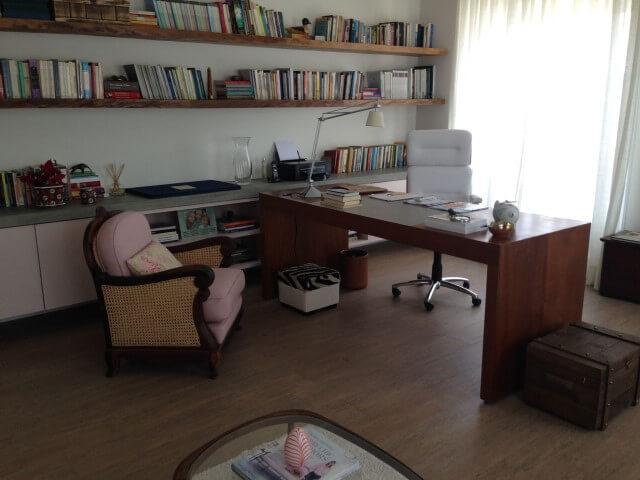Home office com pisos que imitam madeira Projeto de Susana Requião
