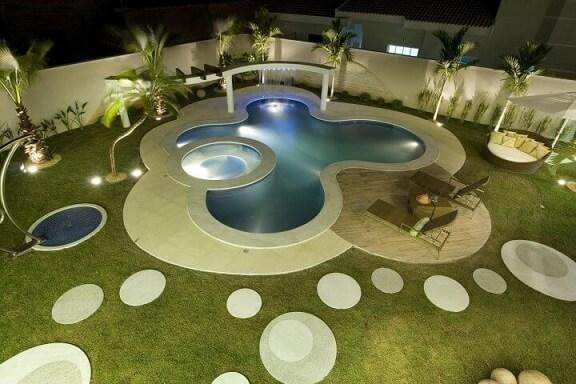 Jardim com piscina grande e piscina pequena Projeto de Aquiles Nicolas Kilaris