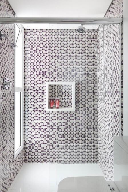 Pastilhas roxas e beges nas paredes do box Projeto de Renata Cafaro