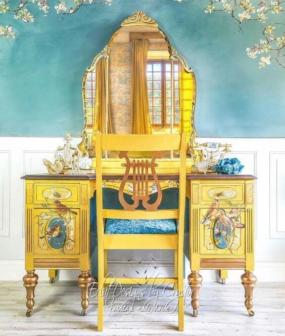 Penteadeira antiga amarela com desenhos