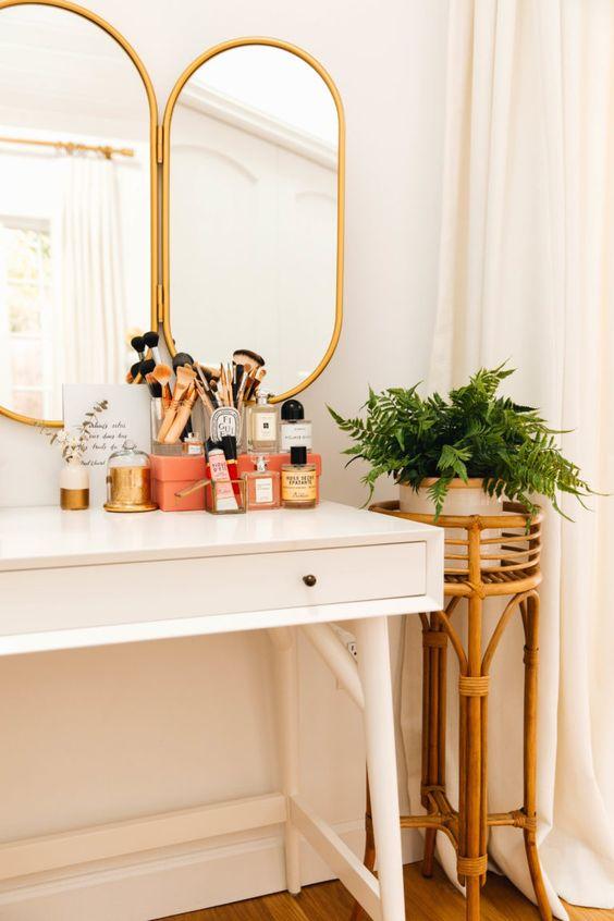 Penteadeira antiga com espelho dourado e escrivaninha branca
