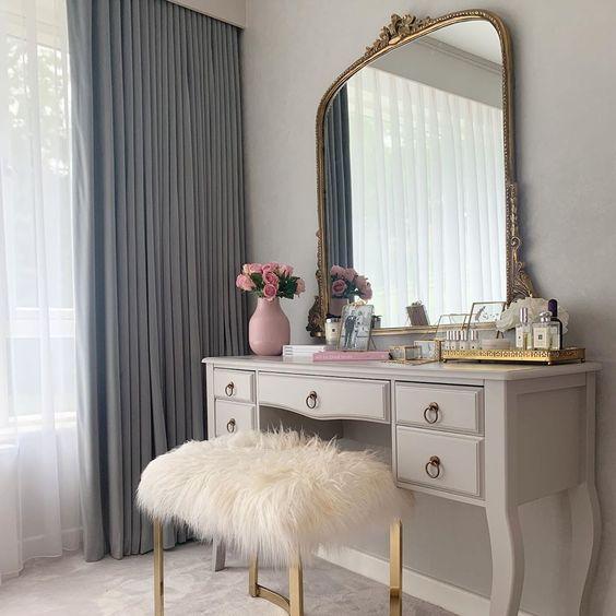 Penteadeira antiga com espelho dourado e puff pelucia