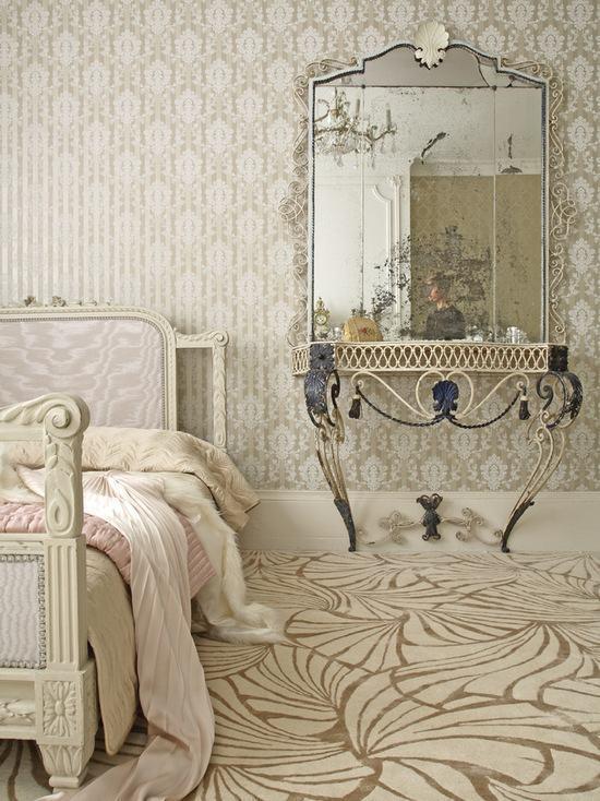 Penteadeira antiga com espelho grande