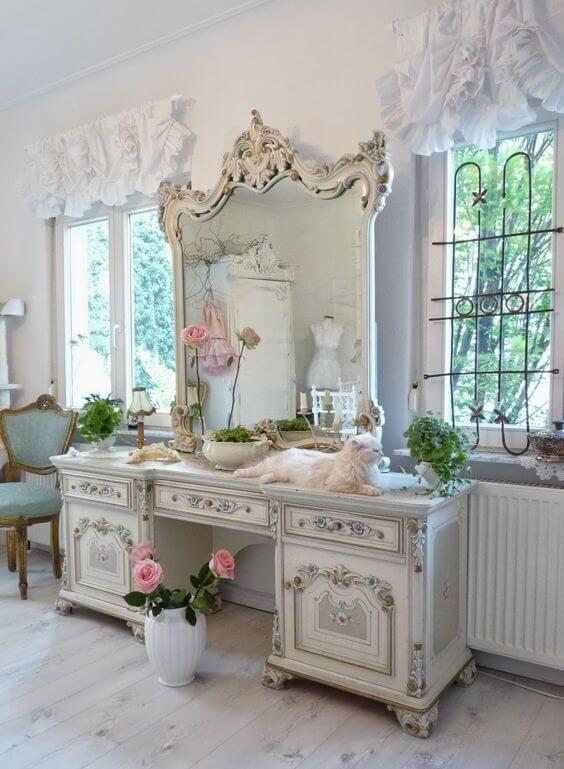 Penteadeira antiga e grande para quarto moderno