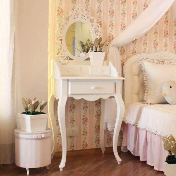Penteadeira antiga e pequena para quarto feminino