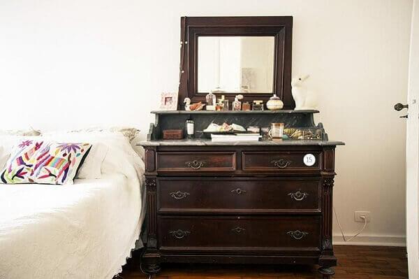Penteadeira preta com espelho antigo