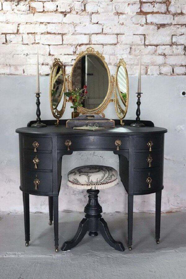 Penteadeira antiga com espelho dourado