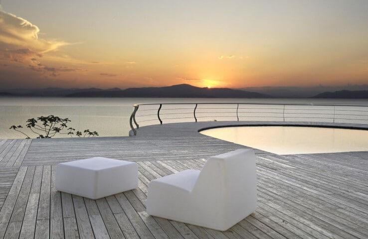 Piscina pequena com deck de madeira clara Projeto de Roberto Rita