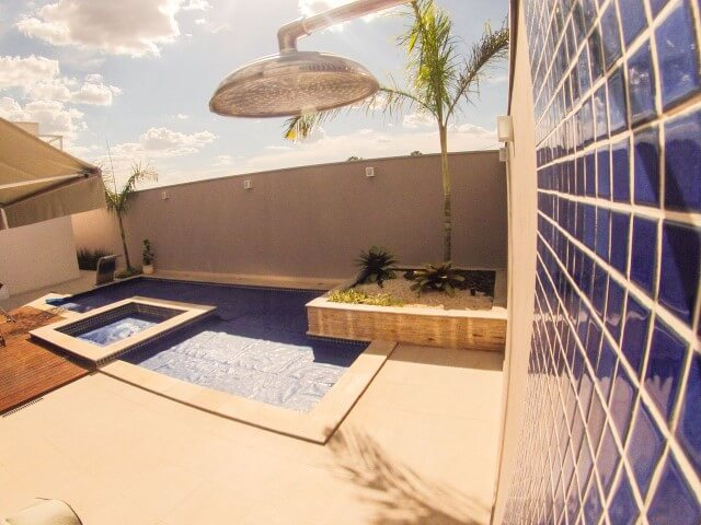 Piscina pequena com piscina infantil e ducha Projeto de Arquiteto Caio Pelisson