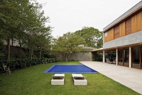 Piscina pequena em jardim amplo Projeto de Pascali Semerdjian