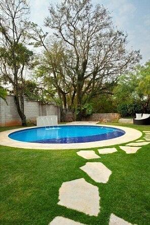 Piscina pequena redonda com cascata Projeto de Jannini Sagarra Arquitetura