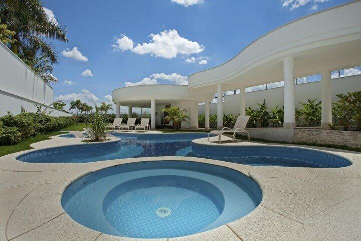 Piscina pequena redonda e piscina grande em formato diferente Projeto de Aquiles Nicolas Kilaris