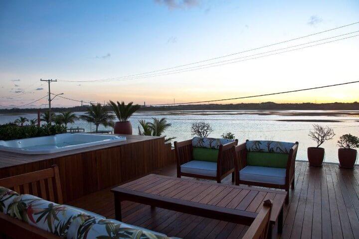 Piscina pequena suspensa com deck de madeira e vista da natureza Projeto de SQ Arquitetos