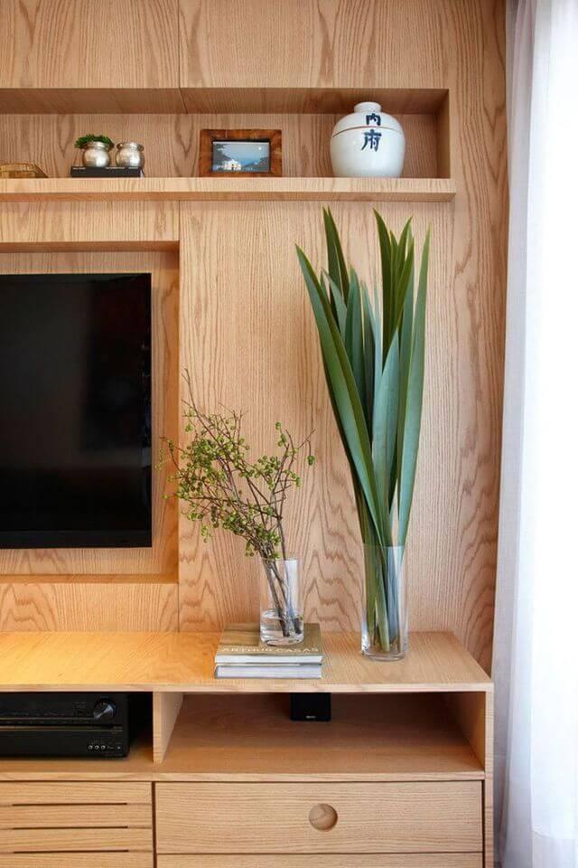 Plantas para apartamento - sala de tv com rack de madeira e plantas