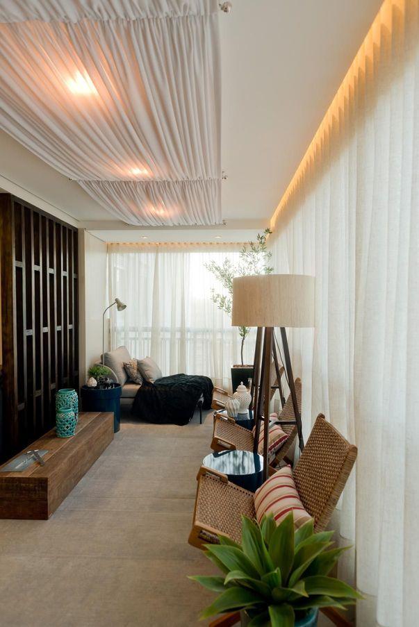 Plantas para apartamento - varanda com bancos de madeira e plantas