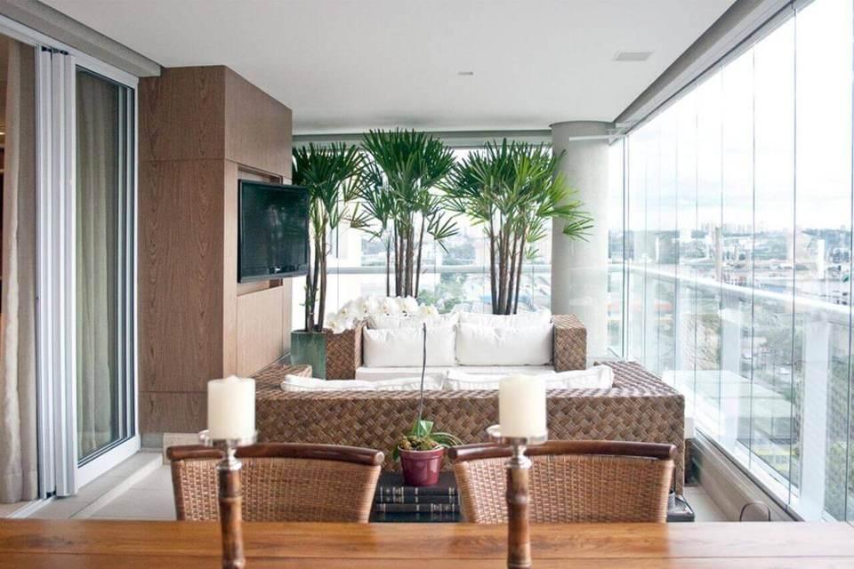 Plantas para apartamento - varanda com sofá e plantas