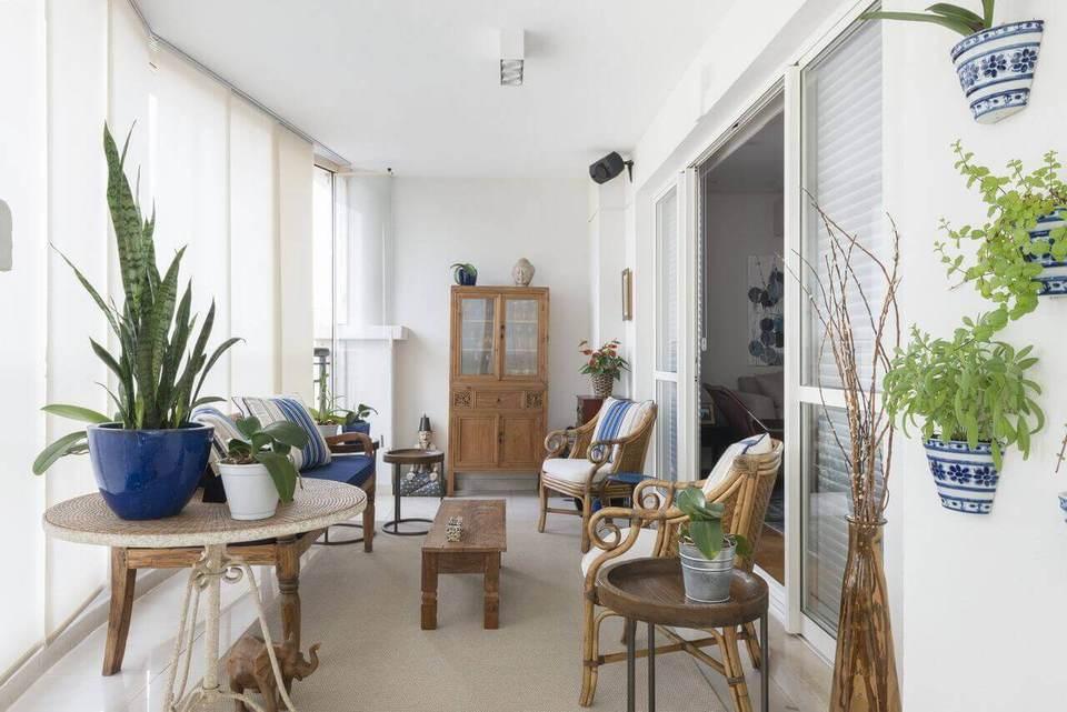 Plantas para apartamento - varanda decorada em azul com vasos de plantas