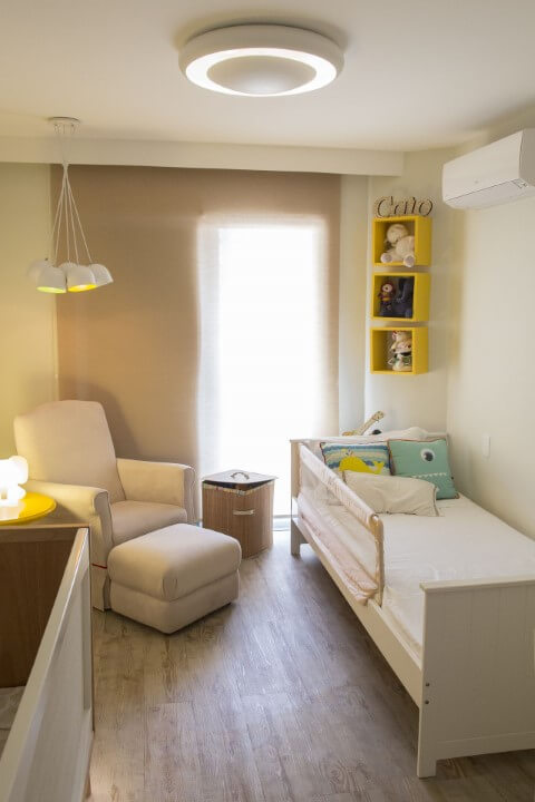 Quarto de bebê com pisos que imitam madeira Projeto de Galpão Design Arquitetura