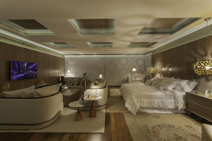 Quarto de casal com pisos que imitam madeira Projeto de Guardini Stancati