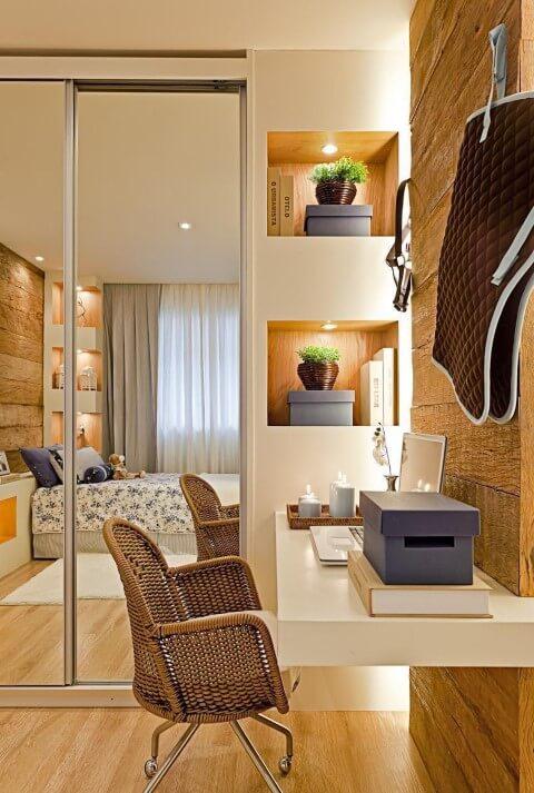 Quarto de solteiro com pisos que imitam madeira Projeto de Maithia Guedes