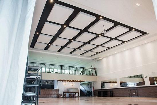 Sala ampla com teto de gesso e projeto de iluminação Projeto de Ana Paula Cirino Franco