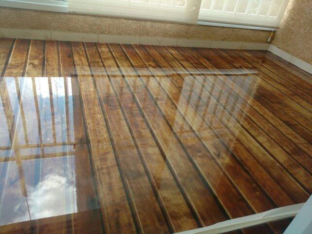 Sala com pisos que imitam madeira Projeto de Caymi Pereira