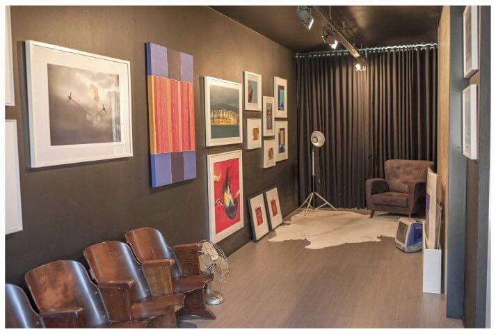 Sala com pisos que imitam madeira Projeto de Paula Ines Sizinando