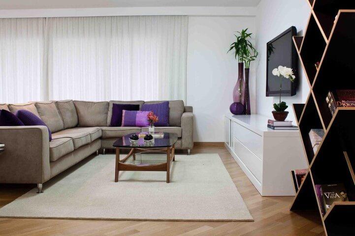 Sala de TV com pisos que imitam madeira Projeto de Karen Pisacane