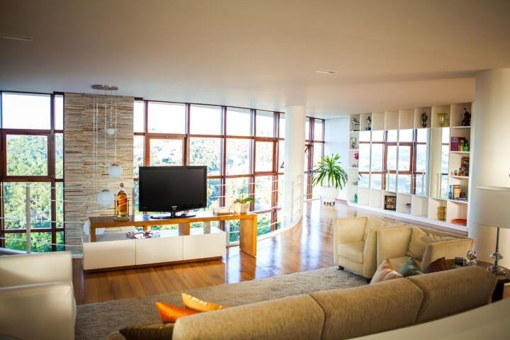 Sala de TV com pisos que imitam madeira Projeto de Mascarenhas Arquitetos