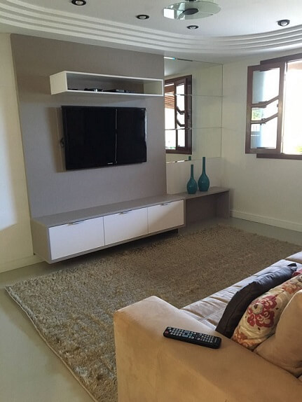 Sala de TV com teto de gesso Projeto de Rikelly Pessotti