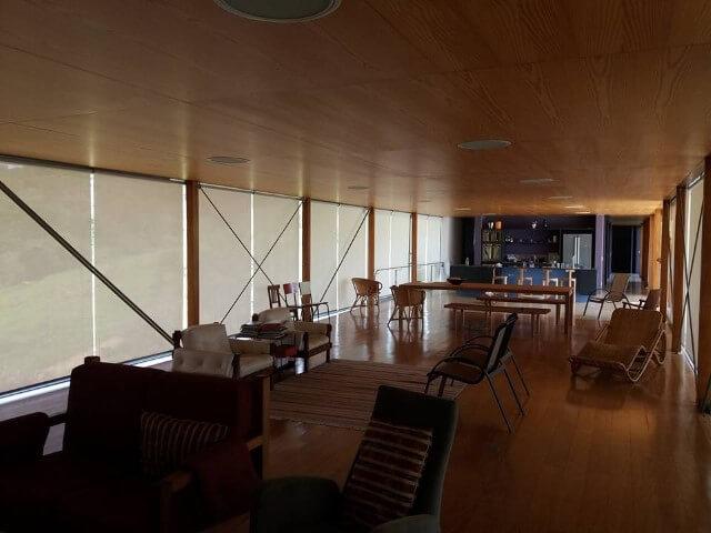 Sala de estar ampla com pisos que imitam madeira Projeto de VP Persianas