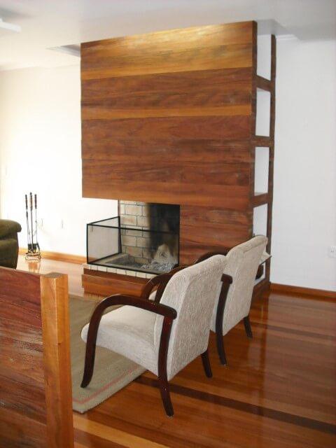 Sala de estar com pisos que imitam madeira Projeto de Beatriz Mendes