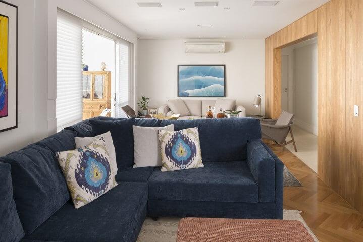 Sala de estar com pisos que imitam madeira Projeto de Gustavo Motta