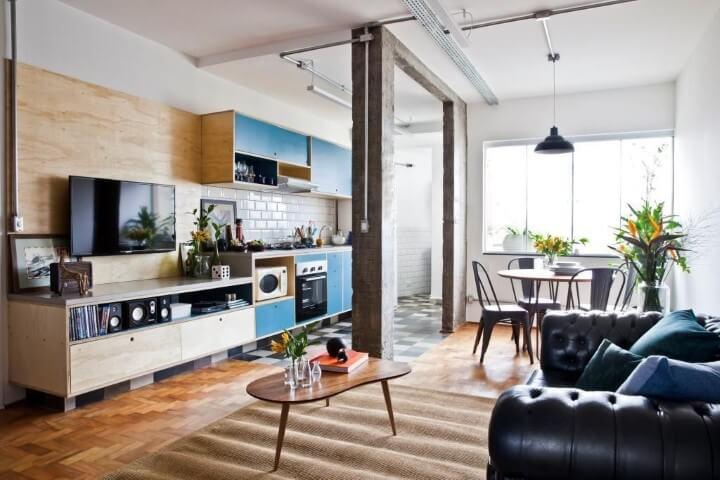Sala de estar com pisos que imitam madeira Projeto de Ina Arquitetura