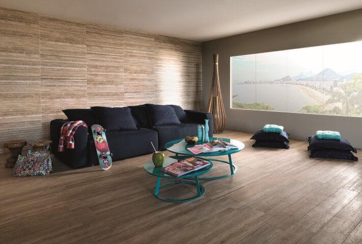 Sala de estar com pisos que imitam madeira Projeto de Portobello