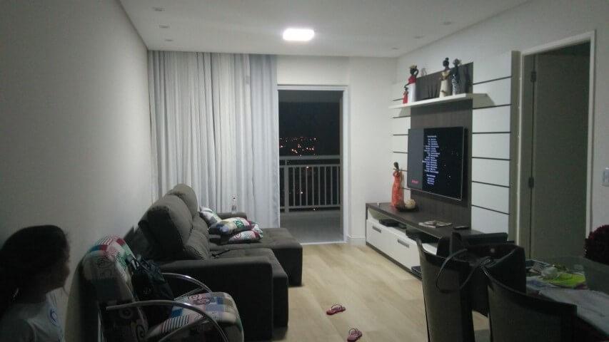 Sala de estar com pisos que imitam madeira