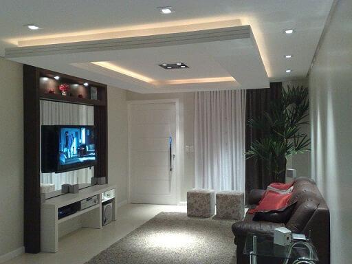 Sala de estar com teto de gesso baixo Projeto de Livia Gobetti